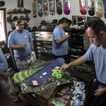 Alunos conhecendo os produtos e peças de skate.