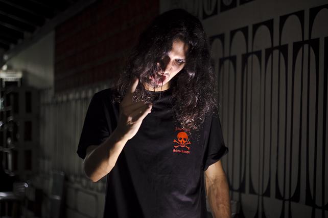 Vitor Cantieri com sua camiseta Improviso X Skatebanger. Foto: Camilo Neres