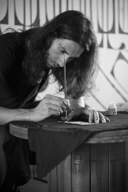 Vitão pintando as camisetas, Foto: Camilo Neres