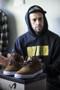 Thiago e seu model pela Tesla Footwear, foto: Camilo Neres.
