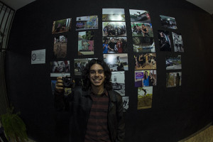 Iti e as fotos da expo Remada, foto: Camilo Neres.
