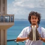 Murilo Romão com seu tênis em Salvador-BA, foto Fernando Gomes (cortesia Vibe Shoes).