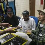 Iti, Calixto e Matheus na sessão de autógrafos.