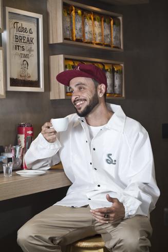Igor Calixto em um café de Campo Grande para seu anúncio como profissional pela Simple Skates. Foto: Camilo Neres.