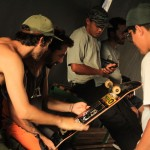 Lehi assinando o pro model de shape pela Kronik Skateboards
